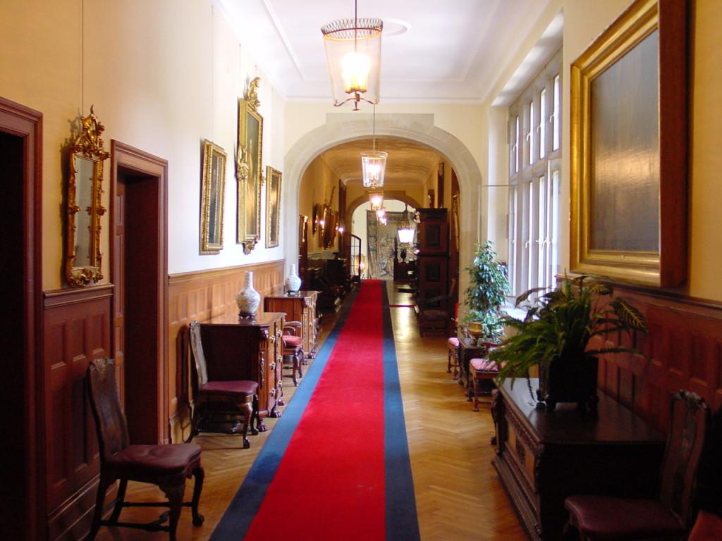 Main_Hallway_of_Schloss-Hotel_Kronberg