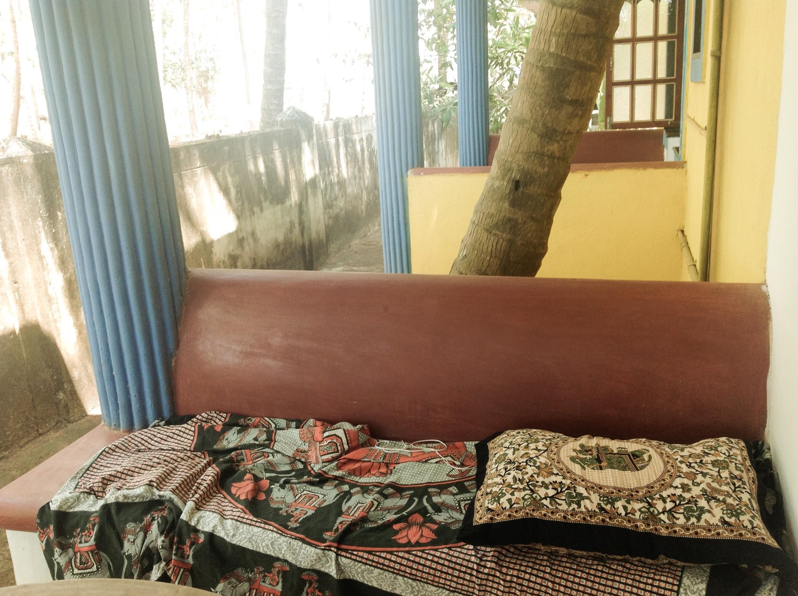 部屋の外の椅子に布とクッションをひいて昼寝(石の椅子だからめちゃ硬い・・)